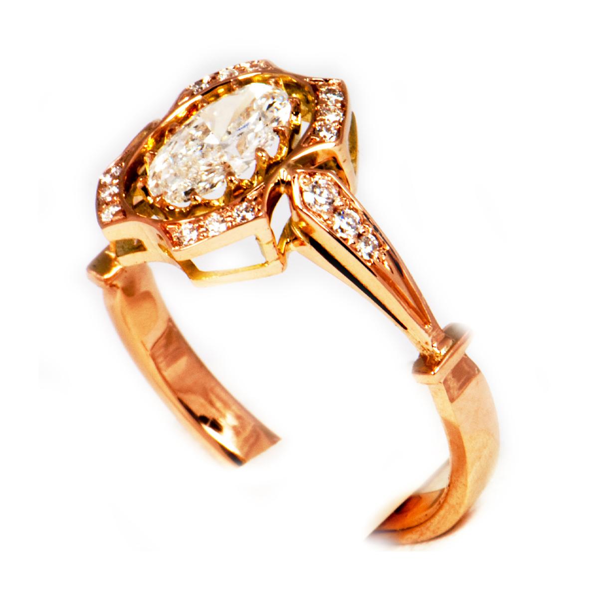 Pierścionek z różowego złota z owalnym diamentem