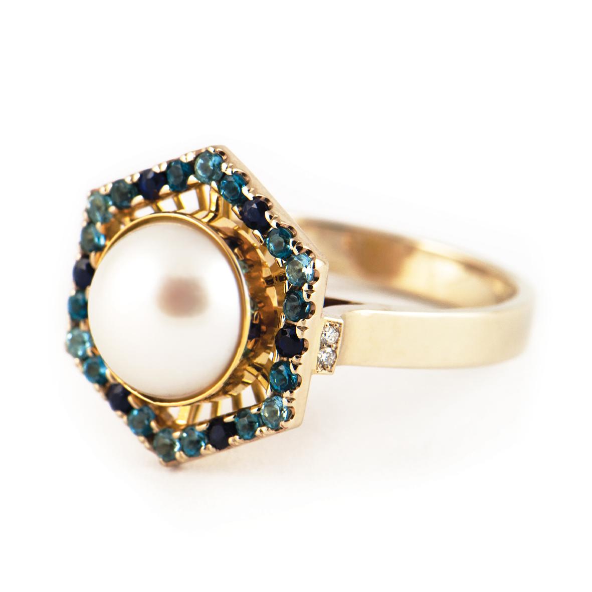 Pierścionek wykonany z białego i żółtego złota próby 585 z perłą naturalną, topazami, szafirami oraz brylantami.
